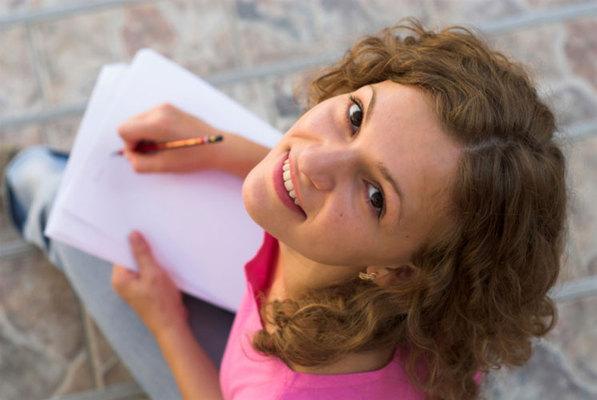 "<p>Ακόμη κι αν έχεις αφήσει χρόνια τα σχολική θρανία ή τα φοιτητικά έδρανα, συχνά χρειάζεται να συμπληρώσεις έγγραφα ή να γράψεις ""ραβασάκια"" στον ξεχασιάρη σύντροφό σου. Παρατήρησε το στυλ"