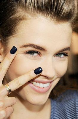 <b>Μαύρη μαγεία: </b> ένα και μόνο πράγμα σου δηλώνει ξεκάθαρα ότι ήρθε το φθινόπωρο: τα σκούρα χρώματα στα νυχάκια σου που σε μεταμορφώνουν! Σκούρα κόκκινα, navy μπλε και μοβ σκούρες αποχρώσεις στα ν