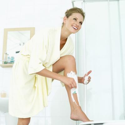 <b>Ξέχασε το ξύρισμα πρωί-πρωί:</b> με το που άνοιξες το μάτι ψάχνεις να βρεις το ξυραφάκι σου; Άφησε το ξύρισμα για το απόγευμα καλύτερα αφού στη διάρκεια της νύχτας τα πόδια σου πρήζονται ελαφρώς κα