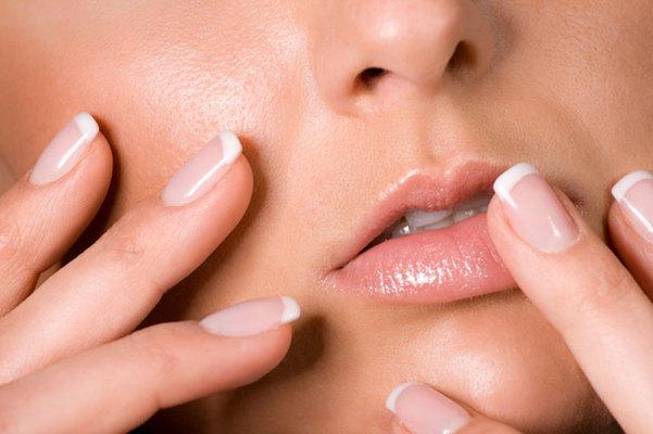 Από τη Δήμητρα Γκούντρα   Τα νύχια σου έχουν περίεργο χρώμα ή σπάνε εύκολα; Παρουσιάζουν κηλίδες ή γραμμώσεις; Μπορεί γι΄ αυτό να ευθύνονται οι δουλειές του σπιτιού και η νοικοκυροσύνη σου ή το συχνό