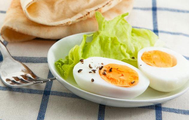Πόσο δύσκολο μπορεί να είναι να βράσεις ένα αβγό; Αν κάθε φορά που το προσπαθείς στηρίζεσαι στην τύχη, μάθε πώς γίνεται το σωστό βράσιμο για αβγά σφιχτά, κι εύκολα στο καθάρισμα!