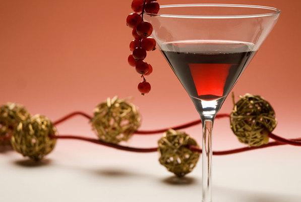 Τα κοκτέιλ είναι μια ωραία εναλλακτική αντί μπύρας και κρασιού, ειδικά αν αντανακλούν χρώματα και γεύσεις της εποχής θυμίζοντας έντονα Χριστούγεννα! Σου δίνουμε μερικές ιδέες για να εντυπωσιάσεις τους