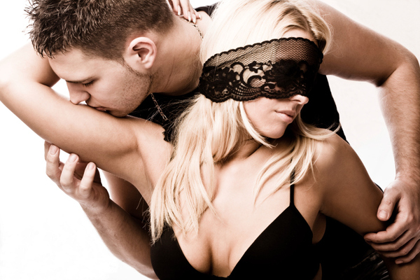 <b>1. Παιχνίδι ρόλων: </b>  <b>Η φαντασίωση: </b> από τις πιο συνηθισμένες σεξουαλικές φαντασιώσεις: δύο ξένοι στο μπαρ, ο αστυνομικός κι εσύ ληστής, ο γιατρός κι εσύ η νοσοκόμα, η δασκάλα και ο μαθητ