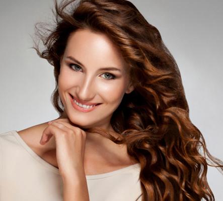 Το κατάλληλο χτένισμα φυσικά και προσθέτει έξτρα όγκο στα μαλλιά σου. Αν συνηθίζεις να ισιώνεις τα μαλλιά με το ισιωτικό σου ή ακόμη χειρότερα το σίδερο πώς περιμένεις να τους δώσεις έξτρα όγκο. Τα ρό