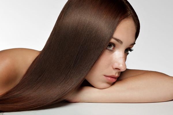 <b>Όχι στην θερμότητα:</b> ένα από τα πιο σημαντικά αντιγηραντικά μυστικά μαλλιών είναι ο θερμός αέρας που βγαίνει από πολλά εργαλεία στάιλινγκ μαλλιών όπως το ισιωτικό σου ή το ψαλίδι για τις μπούκλε