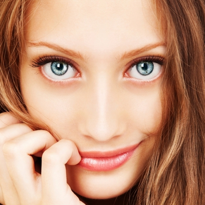 <h4>Δεν ξεπλένεσαι σωστά:</h4>  <p>Mια πολύ συχνή αιτία για την δερματίτιδα στα βλέφαρα-που μπορεί από το τρίψιμονα οδηγήσει σε σακούλες κάτω από τα μάτια- είναι και το γεγονός