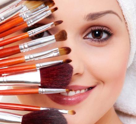 Nα μην ξεχνάς να καθαρίζεις τα πινέλα του μακιγιάζ σου: ακόμη και οι διάσημοι μακιγιέρ έχουν παραδεχτεί πως δεν είναι το καλύτερο τους να καθαρίζουν τα πινέλα που χρησιμοποιούν. Ακόμη όμως και αν βαρι