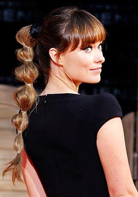 <b>Κάνε κόμπο τα μαλλιά σου να φανεί η αρχοντιά σου:</b>  τι πιο εύκολο από το χτένμσιμα με τους κόμπους; Άν έχεις μακριά μαλλάκια τότε δεν έχεις παρά να τα πιάσεις σε μια ψηλή αλογοουρά και πιάνεις μ