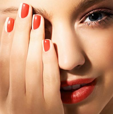 <b>Κοραλί νυχάκια: </b> το πιο διαχρονικό καλοκαιρινό χρώμα που δεν είναι τόσο  χτυπητό  όσο το κόκκινο και ταιριάζει τέλεια τόσο στα χέρια όσο και στα πόδια σου. Το χρώμα αυτό δείχνει τέλεια σε κοντά