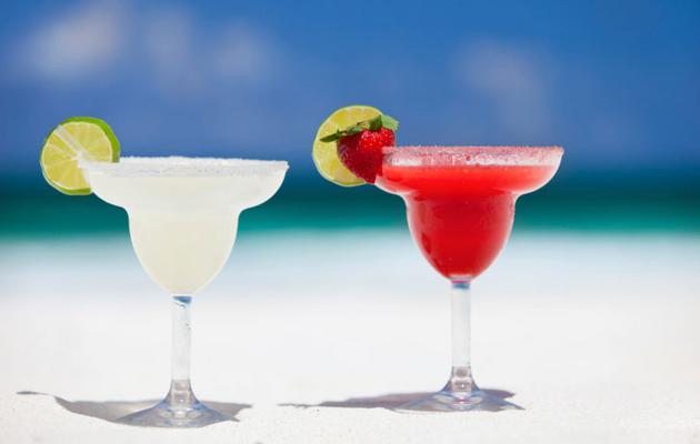 Με ντελικάτη γεύση και μέσα σε στιλάτο ποτήρι η Μαργαρίτα είναι αδιαμφισβήτητα ένα από τα πιο αγαπημένα γυναικεία δροσιστικά κοκτέιλ του καλοκαιριού. Η λογική της κλασικής συνταγής είναι απλή: τρεις μ