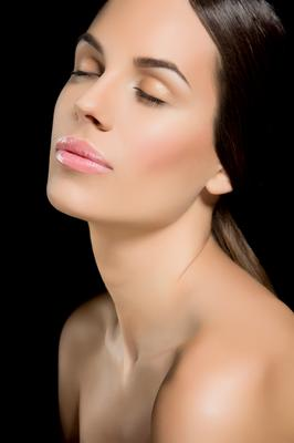 <b>Ρυτίδες μακριά:</b> το δέρμα σου σε ορισμένα σημεία είναι πιο ευαίσθητο από άλλα και ειδικά όταν δεν το προστατεύεις από τον ήλιο δημιουργούνται προβλήματα.  Εδικά τώρα το καλοκαίρι με τα μπάνια ο