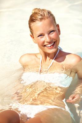 <b>Άσε τα μαλλάκια σου ανακατεμένα και προστατευμένα:</b>σίγουρα λατρεύεις να κάθεσαι με τις ώρες στον ήλιο. Τα μαλλιά σου όμως τα ρώτησες πώς μπορούν να υποφέρουν; Το αντιηλιακό μαλλιών είναι εξίσου