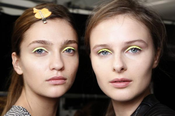 <b>Neon μου μάτια:</b> τα μάτια όταν τα βάφεις σε έντονα και γεμάτα χρώματα ένα πράγμα είναι σίγουρο: τραβούν εκεί όλο το ενδιαφέρον. Αυτό σημαίνει για αρχή πως καλά θα κάνεις να φροτνίσεις το υπόλοιπ
