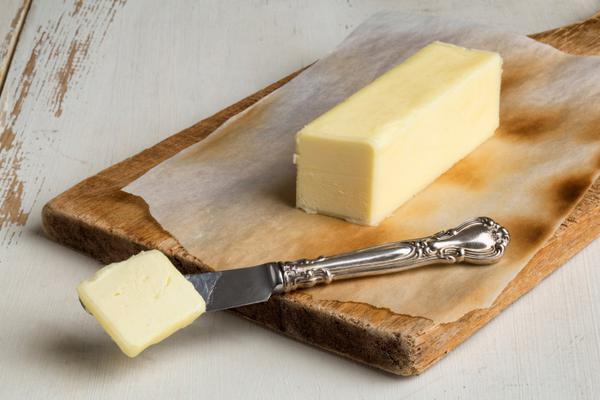 Μερικές συνταγές απαιτούν τη χρήση βουτύρου σε θερμοκρασία δωματίου, τουτέστιν πρέπει να το έχεις βγάλει από το ψυγείο τουλάχιστον μια ωρίτσα πριν την εκτέλεση της συνταγής. Τι γίνεται όμως αν το ξεχά