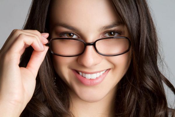<p>Αν αρνείσαι πεισματικά να φορέσεις γυαλιά και συνέχεια στραβώνεσαι για να δεις τι σου λένε από το παράθυρο, τότε περίμενε τις ρυτίδες να στήνουν χορό στο πρόσωπο σου! Οι επαναλαμβανόμενοι μορφασμοί
