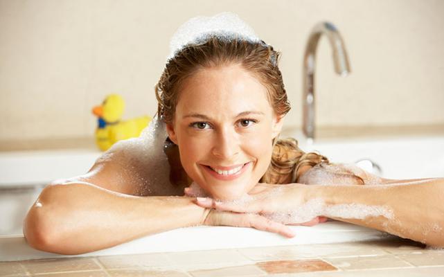 H σόδα είναι φυσικό καθαριστικό και αν ρίξεις μέσα στη μπανιέρα σου ένα φλυτζάνι θα δεις μετά το μπάνιο το δέρμα σου να είναι πιο σούπερ και απαλό από ποτέ. Δεν πιστεύεις πως μπορείς να το πετύχεις αυ