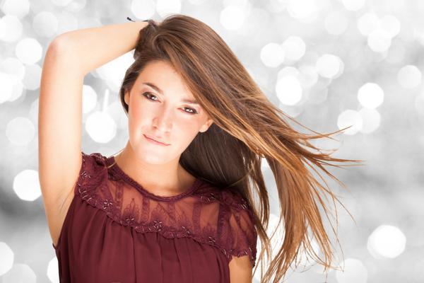 Στο ένα πλάι: ποιος θα σου πει πως σου χάλασε ο αέρας το χτένισμα αν φέρεις τα μαλλιά σου στο ένα πλάι; Φέρε τα στο ένα πλάι- όποιο σε βολεύει καλύτερα- και θα δεις πως θα σου κρατήσει. Αν απλά ισιώσε