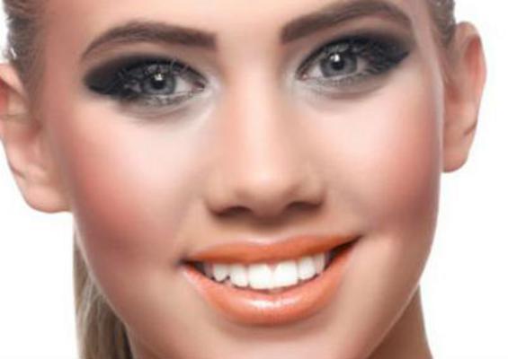 Αγαπημένο μου σμόκι-άι: το πορτοκαλί κραγιόν είναι ένα ζεστό χρώμα στα χείλη που στην ματ εκδοχή του είναι και γεμάτο και πλούσιο και ιδανικά συνδυάζεται τέλεια με το έντονο βλέμμα για ένα βραδινό λου