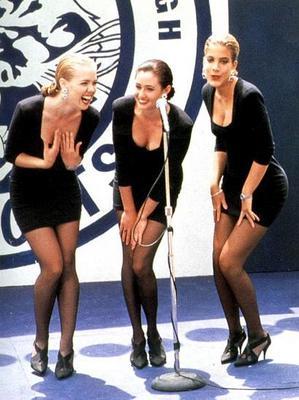 Το μικρό μαύρο φόρεμα (little black dress) είναι το Νο1 κομμάτι που πρέπει να έχει κάθε γυναίκα στην ντουλάπα της. Τα κορίτσια του Beverly το ανέδειξαν άριστα με μαύρο καλσόν και μαύρα γοβάκια! Εσύ, δ
