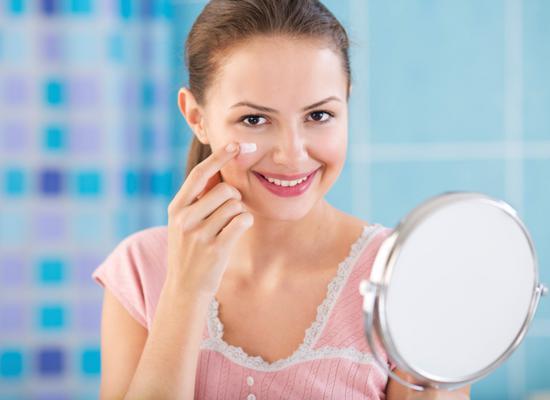 Μην το αγγίζεις συνέχεια: αν διαρκώς ασχολείσαι με το πρόσωπο σου τι θα καταφέρεις πέρα από το να το γεμίσεις μικρόβια; Κατά τη διάρκεια της μέρας πιάνεις πολλά πράγματα και αν έχεις τα χέρια συνέχεια