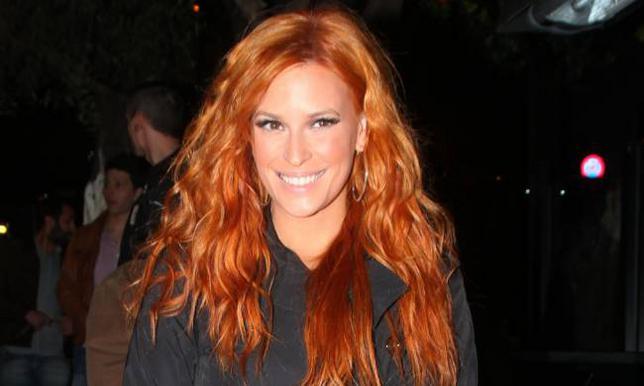 Η πληθωρική Σίσσυ Χρηστίδου μπορεί να είναι κούκλα όποιο χρώμα και αν κάνει τα μαλλιά της. Το θέμα είναι όμως πως σαν κοκκινομάλλα έχει καθιερωθεί. Το χάλκινο είναι ένα έντονο χρώμα που η Σίσσυ το διά