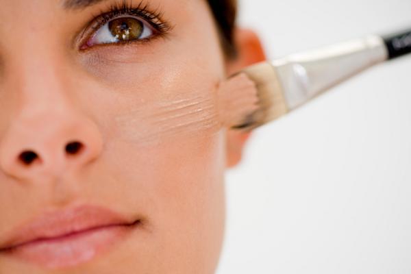 Το να καλύψεις τις ατέλειες είναι πού σημαντικό αλλά πρόσεξε μην το παρακάνεις και έχεις διχρωμίες. Φρόντισε να καλύψεις τις ατέλειες με ένα μέικ-απ ακριβώς στην ίδια απόχρωση του δέρματος σου και άπλ