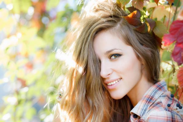 Ρίξε τα μαλλιά  με το χέρι σου σε μια μεριά και θα δεις πώς θα κρύψεις τέλεια την ρίζα σου που έχει κάνει την εμφάνιση της!