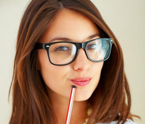 Αν φοράς γυαλιά υπάρχουν ορισμένα τρικ μακιγιάζ που αναδεικνύουν την ομορφιά σου!