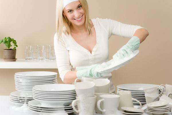 Μπορεί να μην έχεις πλυντήριο πιάτων ή και αν έχεις να μη θέλεις να το χρησιμοποιείς συχνά. Δες πώς μπορείς να γλιτώσεις χρόνο και χρήμα απλά κάνοντας ταυτόχρονα και τη δουλειά σου.  <strong style= co
