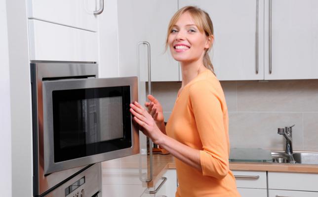 Το ζέσταμα του φαγητού είναι μια εύκολη διαδικασία αρκεί φυσικά να μην κάνεις το λάθος και βάλεις μέσα τα... απαγορευμένα υλικά. Μάθε ποιές τροφές και σκεύη δεν πρέπει να βάλεις μέσα σε ένα φούρνο μικ