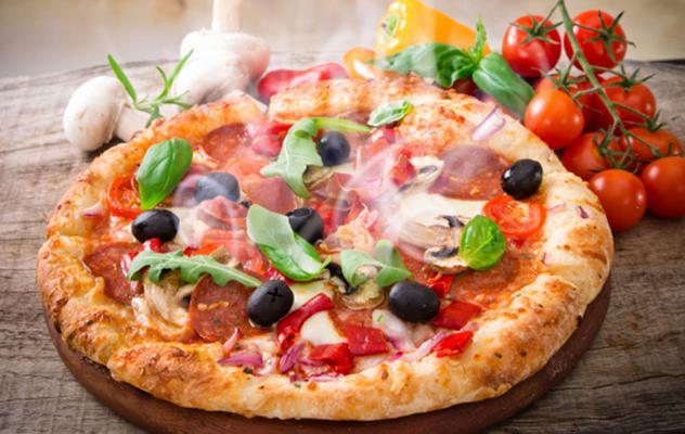 Η πίτσα είναι ένα από τα πιο αγαπημένα αλλά ταυτόχρονα απαγορευμένα σνακς. Αν έχεις βαρεθεί τις κλασικές επιλογές και σου αρέσουν οι διαφορετικές γεύσεις και οι δοκιμές σου προτείνουμε μερικά υλικά γι