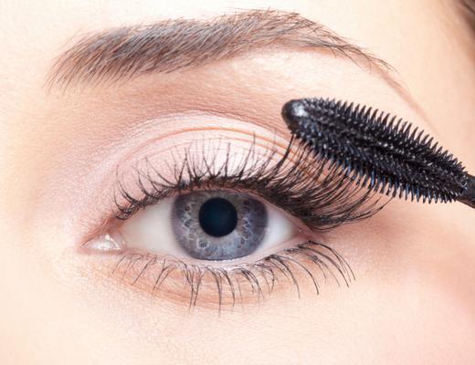 Θέλεις τέλειες βλεφαρίδες αλλά δεν ξέρεις πώς θα τις φροντίσεις και θα τις προστατεύσεις; Διάβασε παρακάτω αλλά μην ξεχνάς πως με το βουρτσάκι από τη μάσκαρα - χωρίς να το έχεις βουτήξει στη μάσκαρα-