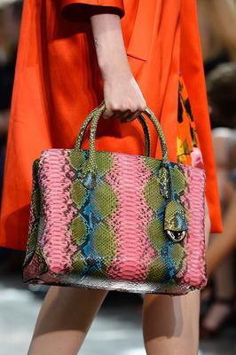 Yπέροχη τσάντα με κοντά χερούλια και μοτίβο φιδιού από τον οίκο Christian Dior!