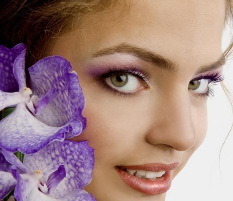 To απόλυτο τρεντ στο μακιγιάζ δεν είναι άλλο από το μοβ της ορχιδέας που σε  γλυκαίνει  απίστευτα!