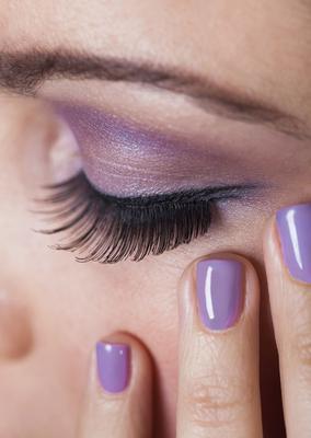 Το νέο λοιπόν σμαραγδί λοιπόν είναι φέτος το μοβ της ορχιδέας. Στα μάτια σου η σκιά στην συγκεκριμένη απόχρωση ταιριάζει τέλεια στις περισσότερες ανεξάρτητα από το χρώμα μαλλιών. Αν απλώσεις τη σκιά σ