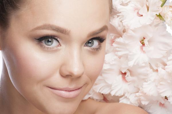 Τα παστέλ χρώματα στα μάτια και τα χείλη είναι οι ιδανικές επιλογές για το μακιγιάζ του γραφείου που θέλεις να είναι όσο πιο απαλό και διακριτικό γίνεται. Το ροζ είναι φυσικά το απόλυτο παστέλ χρώμα π