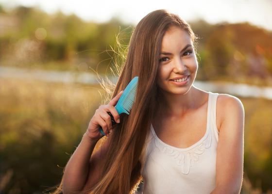 <b>Πρόσεξε πώς τα χτενίζεις όταν είναι νωπά:</b> τα μαλλιά σου χάνουν την ελαστικότητα τους όταν είναι βρεγμένα και δεν αποκλείεται να δεις τις άκρες σου να σπάνε αν τα χτενίζεις με μια απλή βούρτσα ό