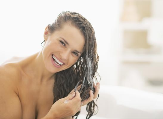 <b>Γαλάκτωμα μαλλιών: Ποσότητα ίση με 1-2 κάστανα.</b> Η ποσότητα εξαρτάται από την ποιότητα της τρίχας (όσο πιο χοντρή και άγρια τόσο μεγαλύτερη ποσότητα χρειάζεσαι), την υφή της (κατά κανόνα τα κατσ
