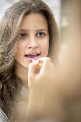 Λιπ-κλος, κραγιόν και άλλα πολλά: φυσικά το λιπ-γκλος και το κραγιόν σου δίνουν στα χείλη σου υπέροχο χρώμα όμως το βασικό που πρέπει να προσέξεις είναι χωρίς αμφιβολία το μολύβι των χειλιών σου. Φρόν