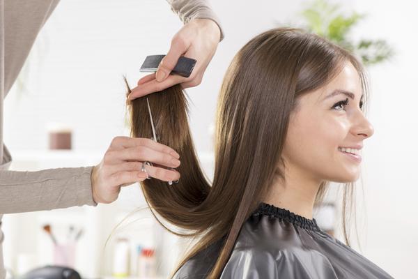 <b>Ταλαιπωρημένα, κατεστραμμένα μαλλιά: </b> δεν είναι καιρός που βλέπεις τα μαλλιά σου να έχουν χάσει τη ζωντάνια τους και να δείχνουν άτονα και θαμπά; Η ξηρότητα στα μαλλιά τα κάνει να δείχνουν θαμπ
