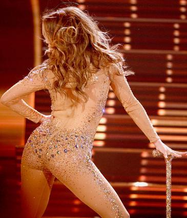 Τα πέταξε όλα η Τζένιφερ στη σκηνή των American Music Awards