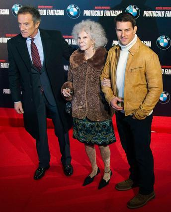 Ο Τομ Κρουζ -κάπως αμήχανος- ποζάρει με την 85χρονη δούκισσα της Άλμπα αλά μπρατσέτα και τον σύζυγό της, Αλφόνσο Ντιέζ, λίγο πιο δίπλα.
