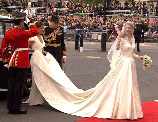 Τελικά, το νυφικό φόρεμα της Κάθριν ήταν δημιουργία της Sarah Burton όπως φημολογούνταν τον τελευταίο καιρό.