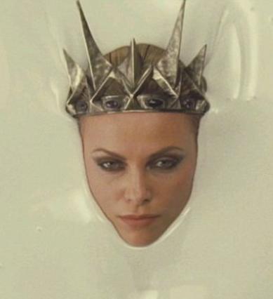 Η Σαρλίζ Θερόν -πάντα εντυπωσιακή- στον ρόλο της κακιάς μάγισσας.