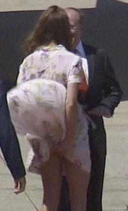 Ουπς... Μάλλον δεν έπρεπε να φορέσει φουστανάκι αεράτο η Κέιτ. Είχαμε  αποκαλυπτήρια .