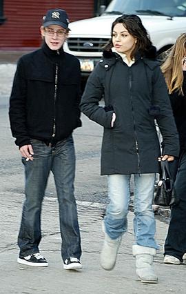 Η Μίλα Κούνις και ο Μακόλεϊ Κάλκιν χώρισαν το 2011 ύστερα από σχεδόν 9 χρόνια σχέσης. Η φωτογραφία είναι από το 2004 και το τσιγάρο στο χέρι του ηθοποιού δεν κρύβεται...