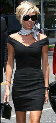 Κάντο όπως... η Μπέκαμ συνδυάζοντας το φόρεμα με ένα φουλάρι στο λαιμό που 'σπάει' το μαύρο.