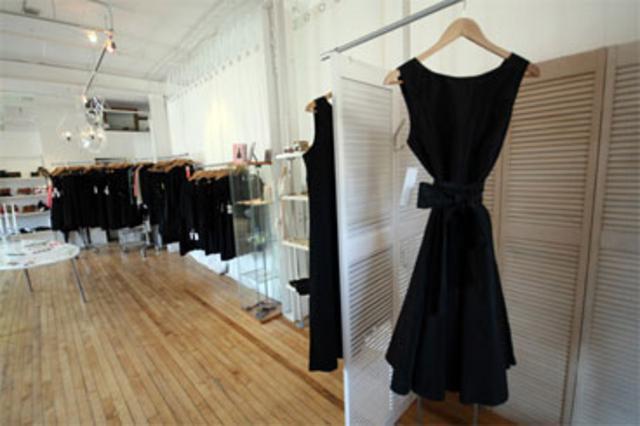 Στην αναζήτηση του τέλειου μαύρου φορέματος.