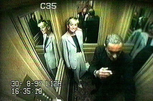 Οι κάμερες ασφαλείας στο ασανσέρ του ξενοδοχείου Ριτζ στο Παρίσι απαθανατίζουν την Νταϊάνα και τον Ντόντι Αλ Φαγιέντ την ώρα που αποχωρούν στις 30 Αυγούστου 1997. Ήταν η τελευταία τους φωτογραφία. Λίγ
