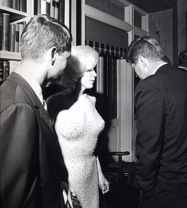 Η Μέριλιν Μονρό μαζί με τον Τζακ Κένεντι, λίγο αφού του τραγούδησε το ιστορικό  Happy birthday  το 1962.